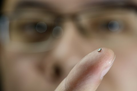 The world's tiniest temperature sensor is powered by radio waves