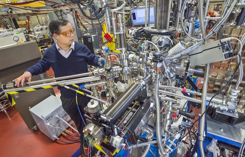 Bekley Lab's researcher is working with advanced light source
